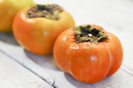 550px-Eat-a-Persimmon-Step-1